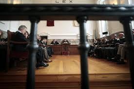 Una juez obliga a CatalunyaCaixa a resarcir a la madre de un empleado que comprópreferentes.